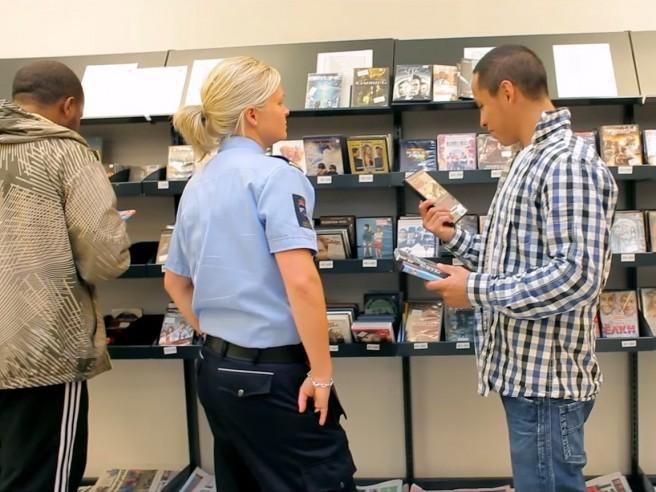 Čuvarica pomaže zatvoreniku izabrati DVD