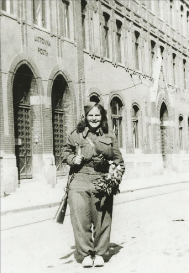 Zora Pavlović (Klemenčić), sekretarica organizacije SKOJ-a Posavskog partizanskog odreda, snimljena 8. svibnja ispred pošte u Jurišićevoj, prije ulaska u Vlašku gdje su se još uvijek vodile borbe