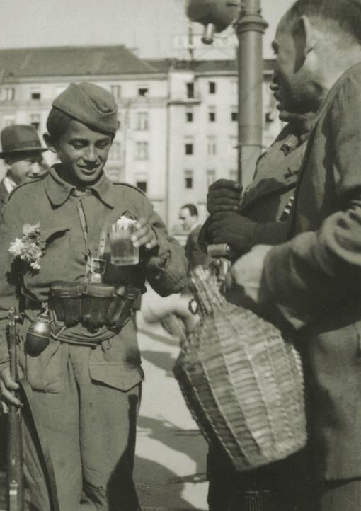 Nakon mnogih bitki možda prva čaša vina za dječaka s bombom za remenom