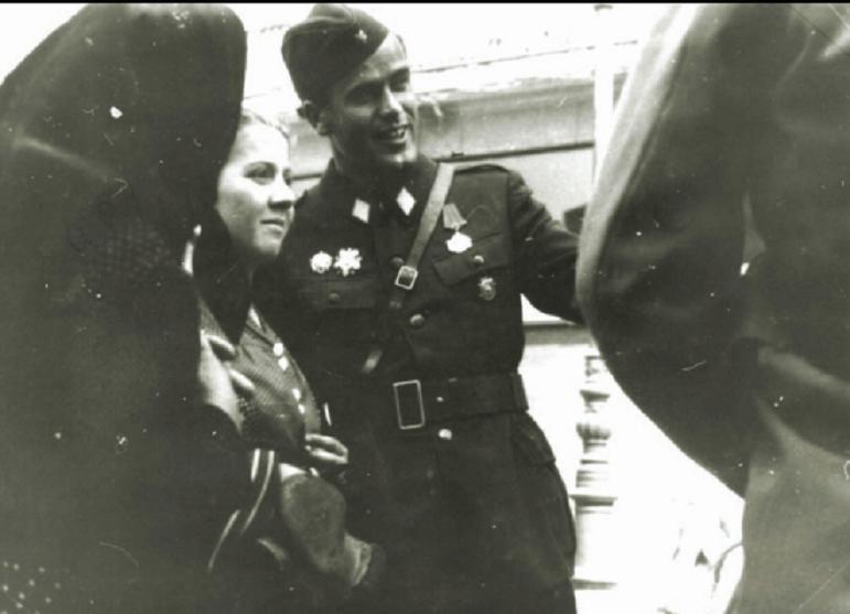 Vaso Jovanović, komandant Prve proleterske dvizije na ulici, u Zagrebu, neposredno poslije oslobođenja grada, svibnja 1945. godine