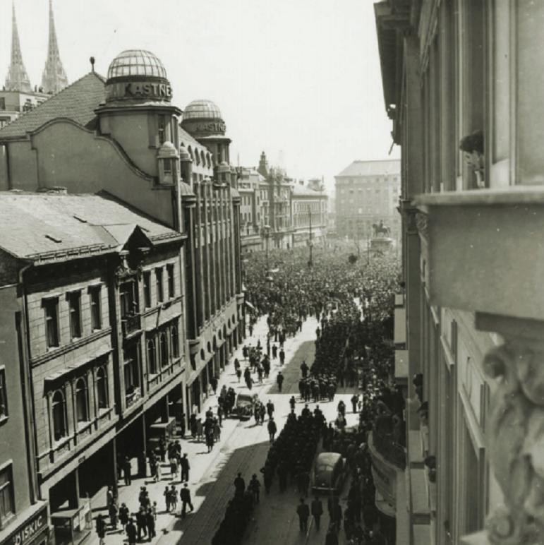 Fotografija 11. svibnja 1945. godine: Dolazak građana i vojske na Glavni gradski trg gdje će se održati veliki miting oslobođenja grada i zemlje