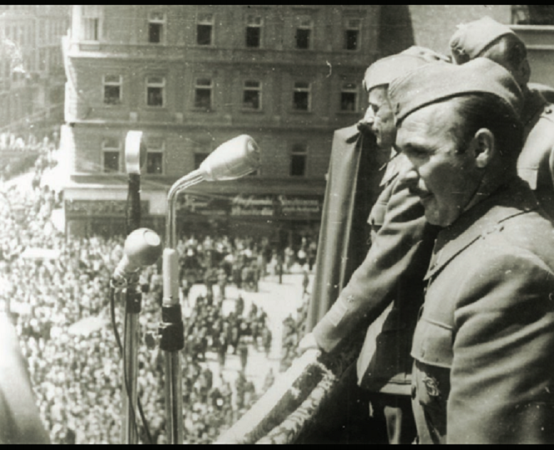 Većeslav Holjevac i Koča Popović na mitingu na Trgu bana Josipa Jelačićevom trgu u oslobođenom Zagrebu, 11. svibnja 1945. godine