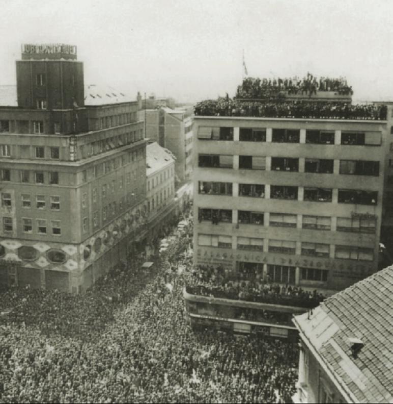 Mnoštvo građana okupilo se na Trgu u povodu održavanja prvog mitinga oslobođenja grada i zemlje. Na mitingu se okupilo, prema nekim podacima, oko 100.000 ljudi