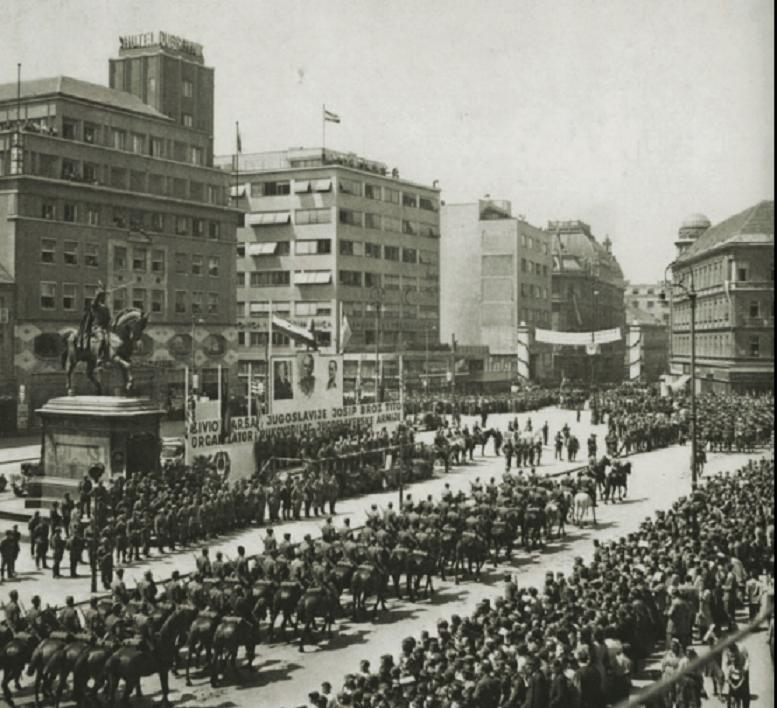 Prva vojna parada jedinica JA koje su sudjelovale u borbama za oslobođenje grada. Konjaničke jedinice prolaze Trgom