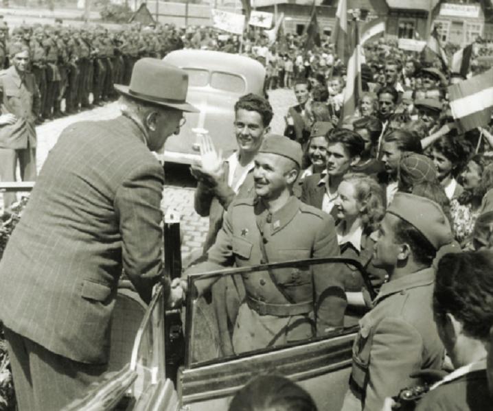 Zagreb, 16. svibnja 1945. godine, Savski most: Svečani doček književnika Vladimira Nazora, predsjednika ZAVNOH-a. Ispred automobila Većeslav Holjevac, komandant Komande Grada Zagreba