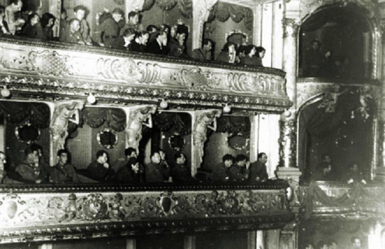 Borci Prve proleterske divizije na prvoj kazališnoj priredbi u HNK, u oslobođenom Zagrebu, u svibnju 1945.