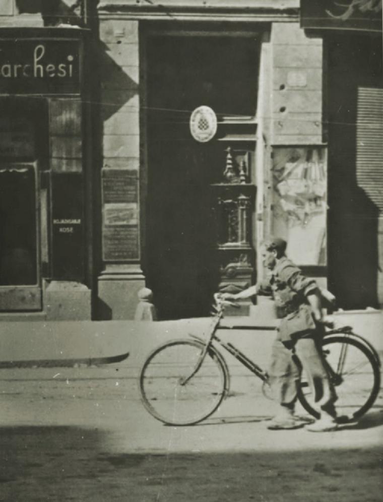 Kurir s biciklom snimljen 8. svibnja 1945. u Ilici, oko 15 sati
