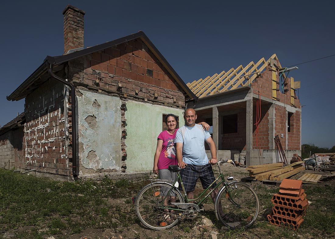 Amir i Nermina Đonlić ispred svoje kuće koja je stradala među prvima
