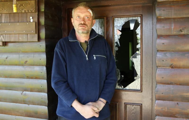 Peratović pokraj vrata kuće na kojima su šljunčari razbili staklo