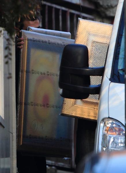 29.12.2010., Kozarceva 21, Zagreb - Oko 30 slika i 6 skulptura USKOK je, uz asistenciju policije, zaplijenio iz vile bivseg premijera Sanadera.  Photo: Zeljko Lukunic/PIXSELL