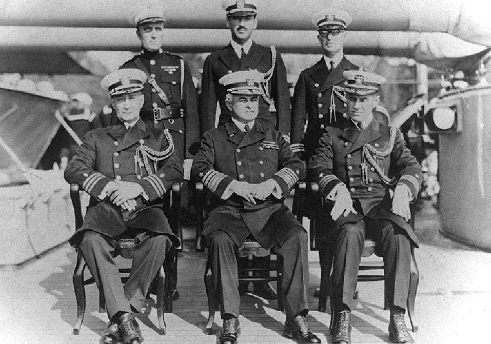 Admiral  Andrews s časnicima na palubi USS  Olympije