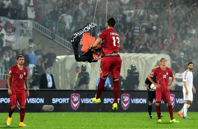 Igrač lovi dron na utakmici Srbije i Albanije