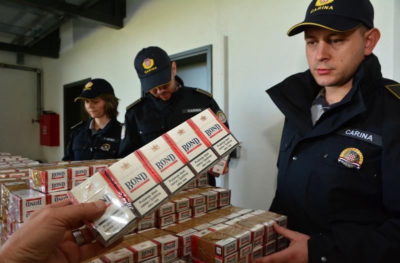 23.04.2015., Bajakovo - Na granicnom prijelazu Bajakovo zaplijenjena velika kolicina cigareta. U Renaultu srbijanskih registracijskih oznaka (BG) sezdesetogodisnjak, gradjanin Srbije, je pokusao prokrijumcariti 3000 kutija cigareta marke Bond. Vrijednost zapljenjene robe se procjenjuje na preko 120 tisuca kuna, a cigarete su bile namjenjene prodaji na crnom trzistu zemalja EU. Photo: Ivica Galovic/ PIXSELL