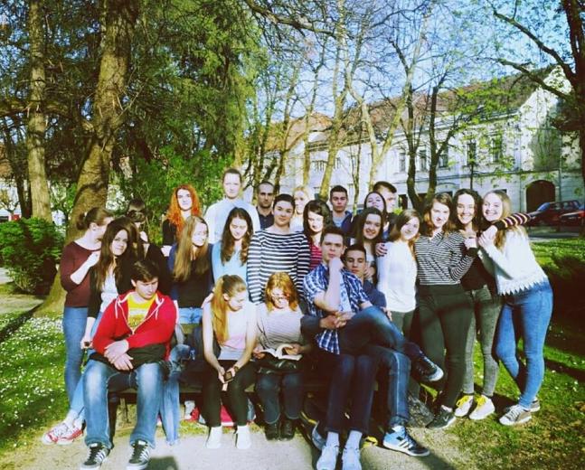 Profesorica sa svojim učenicima