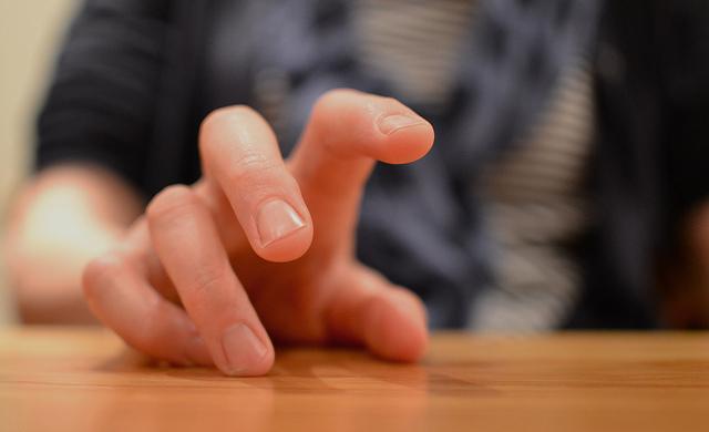 Lupkanje prstima po stolu znak je nervoze