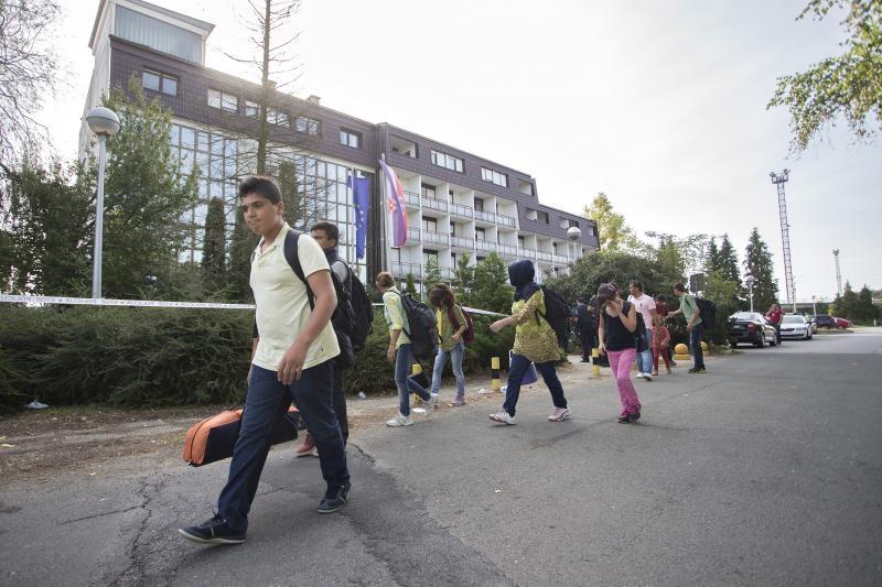 Izbjeglice odlaze iz hotela Porin.
