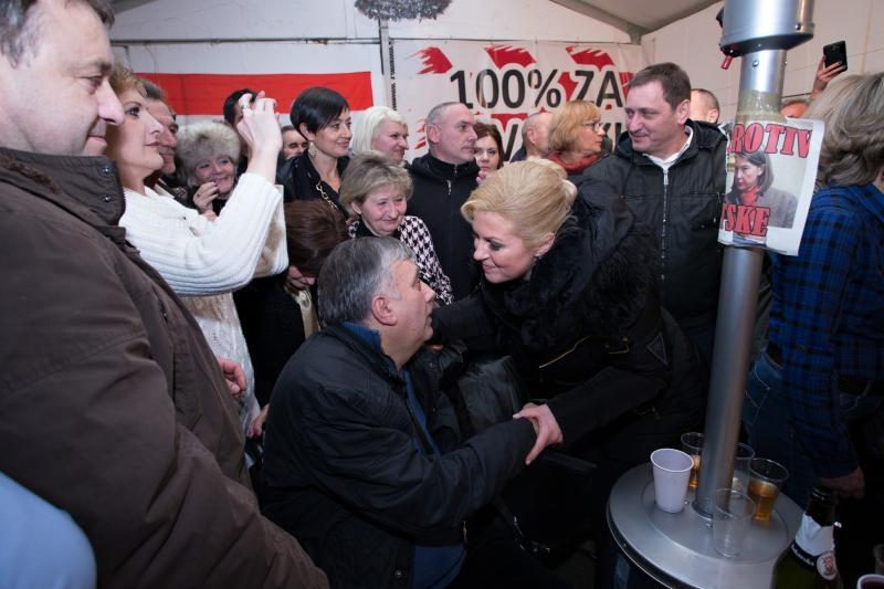 Tada predsjednička kandidatkinja Grabar-Kitarović u posjeti prosvjednicima