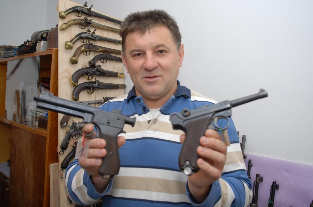 03.11.2009., Karlovac - Tomo Mrkonja bavi se skupanjem starog oruzja. Photo: Kristina Stedul Fabac/PIXSELL