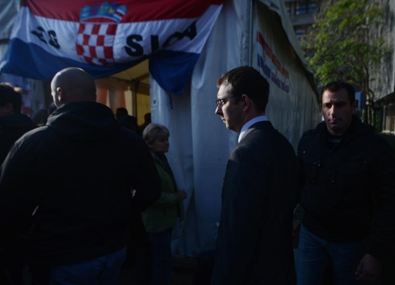 Pomoćnik ministra Bojan Glavašević izlazi iz ministarstva u pratnji tjelohranitelja