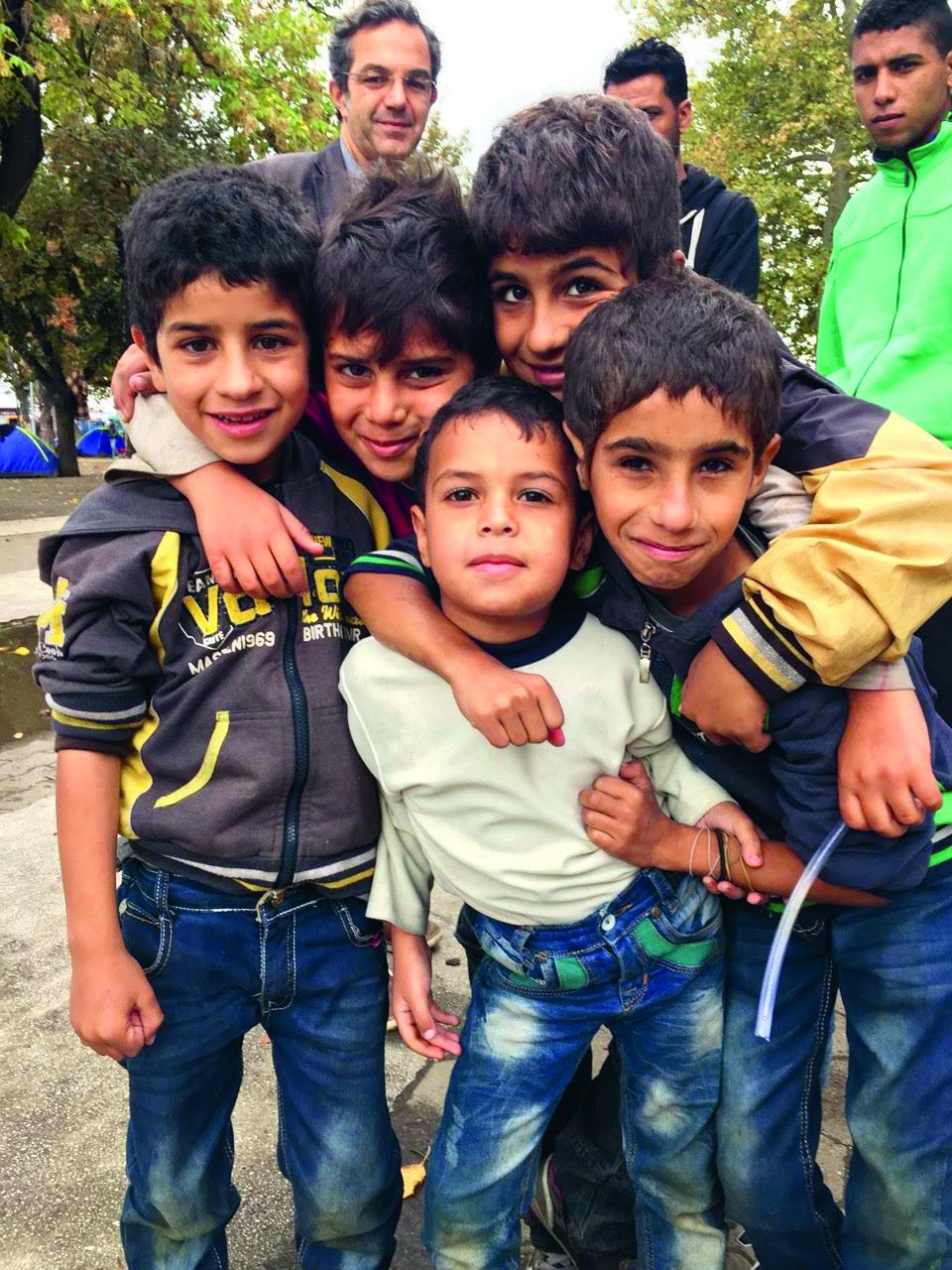 Sirijski dječaci poziraju u parku u središtu Beograda