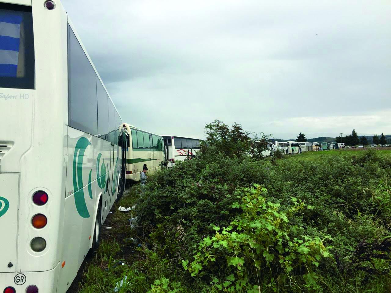 Nepregledna kolona autobusa za izbjeglice