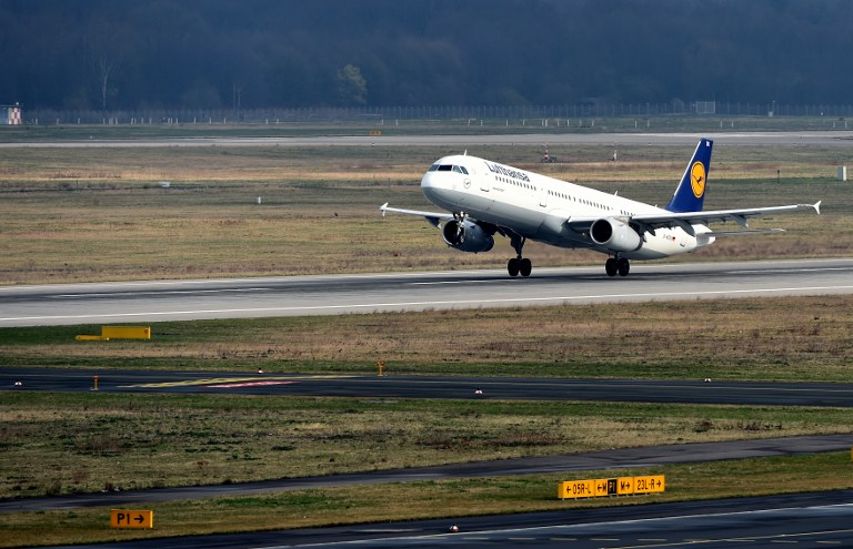 An Airbus plane of German airline Lufthansa carrying onboard relatives of the Germanwings plane crash victims takes off from the Duesseldorf airport on March 26, 2015 in Duesseldorf, western Germany, en route to Marseille. Lufthansa is taking relatives of the plane crash victims to the site where the Airbus A320 of its Germanwings subsidiary crashed in Southern France en route from Barcelona to Duesseldorf on March 24, 2015, killing all 150 people on board. AFP PHOTO / PATRIK STOLLARZ / AFP / PATRIK STOLLARZ