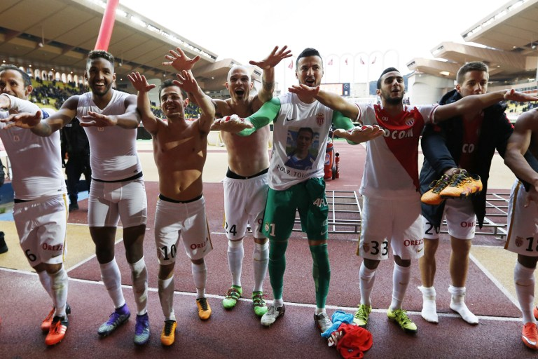 Monaco's players celebrate at the end of the French L1 football match between Monaco (ASM) and Nice (OGCN) at Louis II Stadium in Monaco on February 6, 2016.  AFP PHOTO / VALERY HACHE / AFP / VALERY HACHE