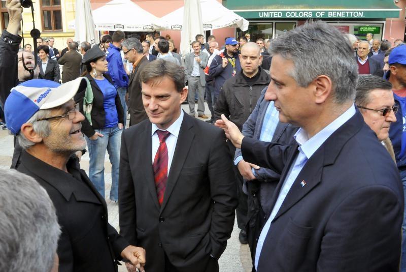 Mladen Karlić (u sredini) i Tomislav Karamarko u razgovoru s građanima na predizbornom skupu u Vinkovcima