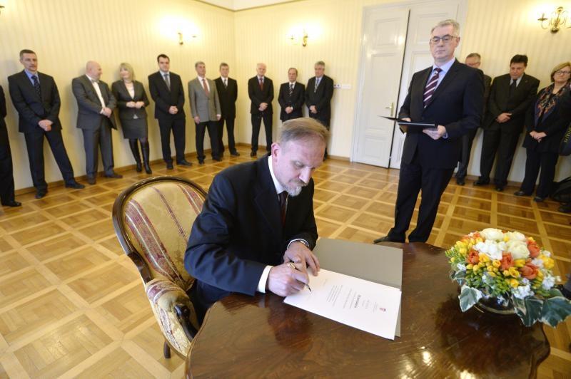 Šarić potpisuje prisegu pred predsjednikom Vrhovnog suda RH Brankom Hrvatinom