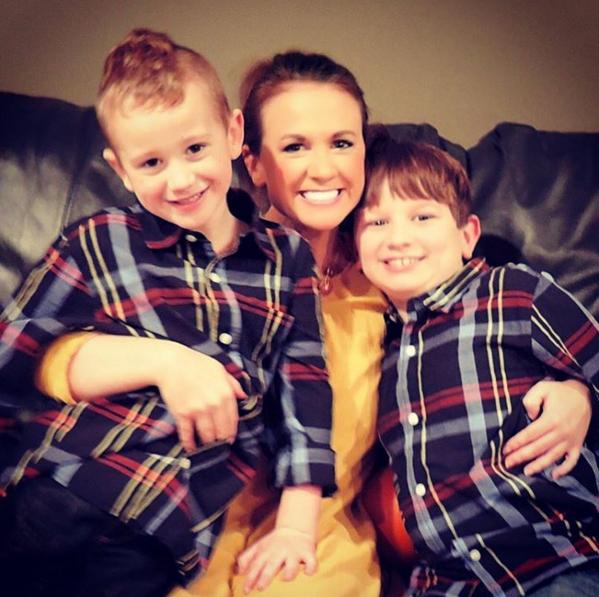 Abby sa svojim mlađim sinom (lijevo) i starijim sinom Rylanom (desno)