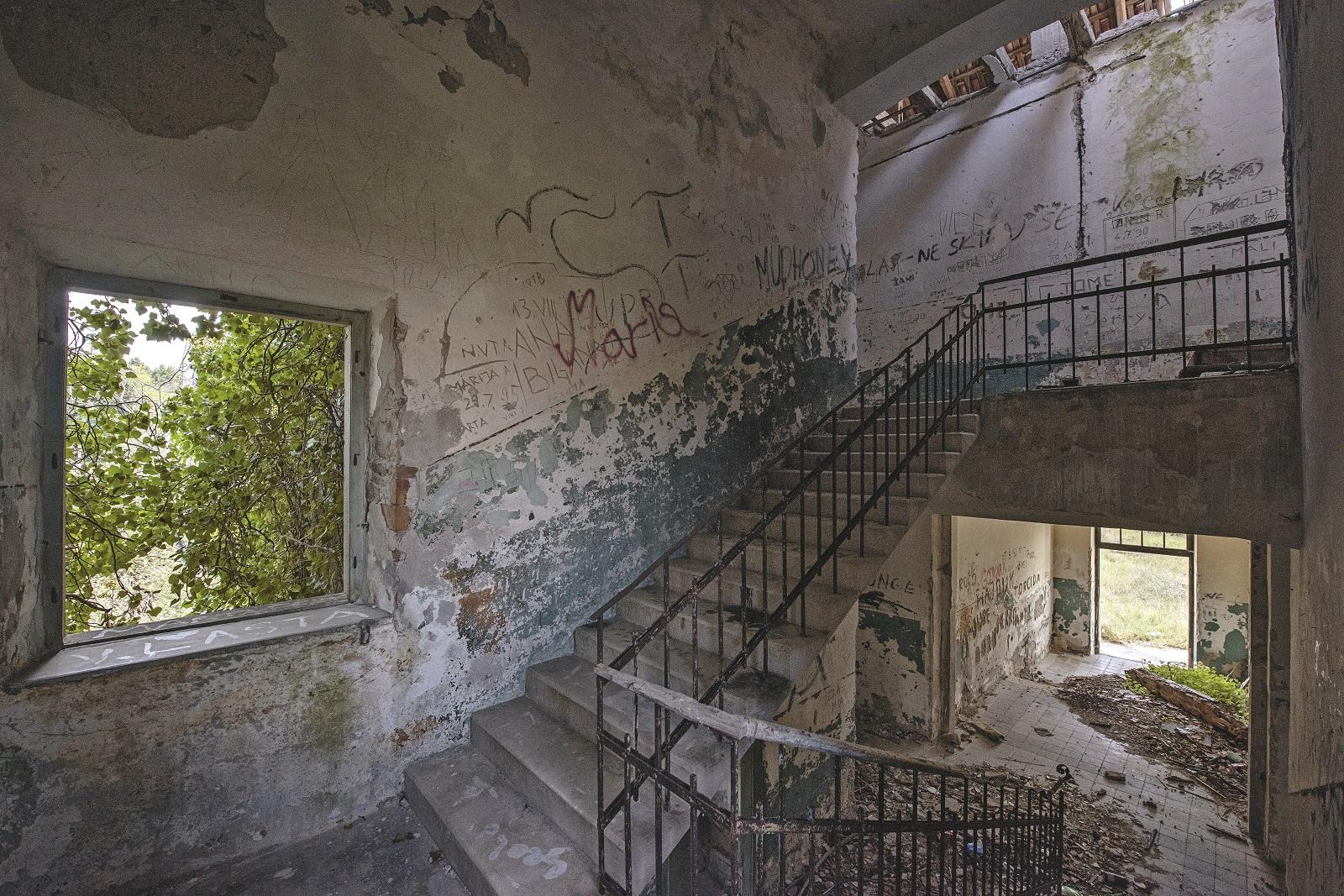 Unutrašnjost stare i napuštene, danas devastirane škole