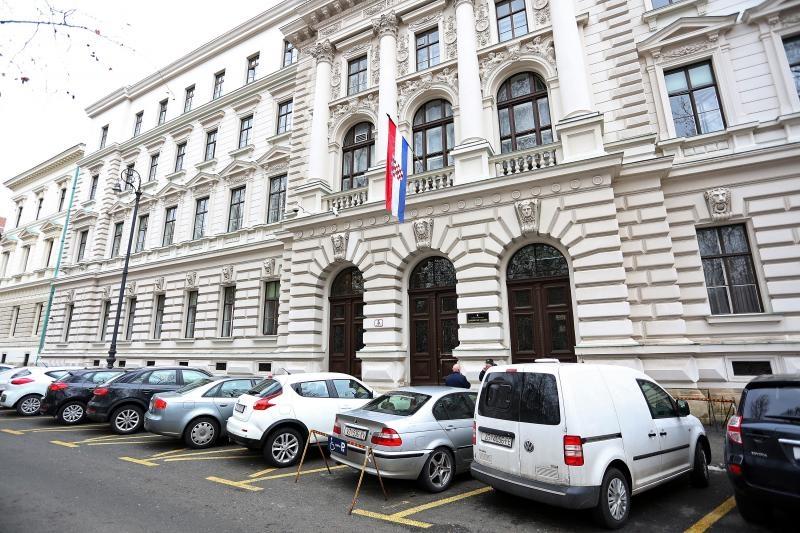 12.02.2015., Zagreb - Zupanijski sud u Zagrebu zaprimio je iza 9 sati dojavu o bombi. Prekinuti su svi sudski postupci u tijeku, te su djelatnici evakuirani iz zgrade suda, dok se ne provjeri dojava. Photo: Borna Filic/PIXSELL