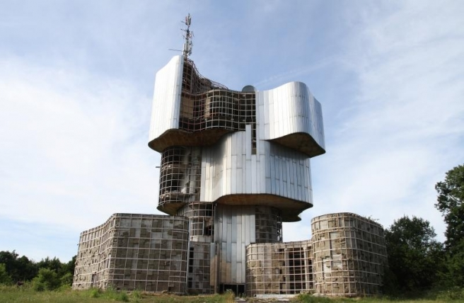 Spomenik ustanku naroda Banije i Korduna je monumentalni spomenik podignut na Petrovcu, najvisem vrhu Petrove gore