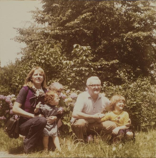 Vojin Bakić s unukama i snahom Snježanom na obiteljskom druženju 1978. godine