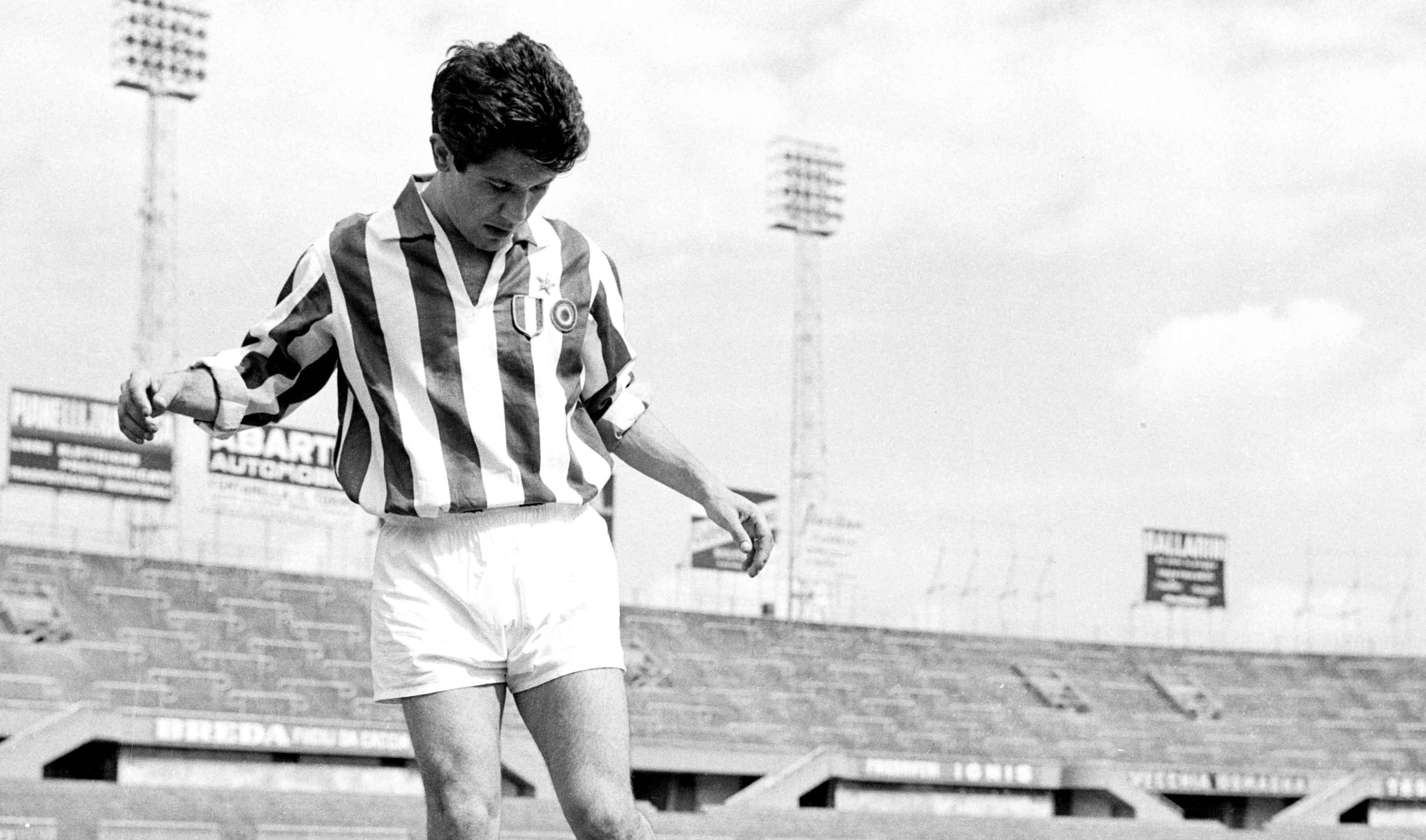 Foto Archivio storico Juventus/LaPresse Anni '60 Torino, Italia storico Il calciatore della Juventus Omar Sivori Nella foto: Omar Sivori con il pallone Sivori