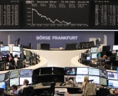 Traders work in front of a board displaying the chart of Germany's share index DAX at the stock exchange in Frankfurt am Main, western Germany, on September 22, 2015. Share prices on the Frankfurt stock exchange fell more than 3.0 percent in midday trading on September 22, 2015, pushed down by index heavyweight Volkswagen, as it ploughed ever deeper into a pollution cheating scandal.     AFP PHOTO / DANIEL ROLAND / AFP PHOTO / DANIEL ROLAND