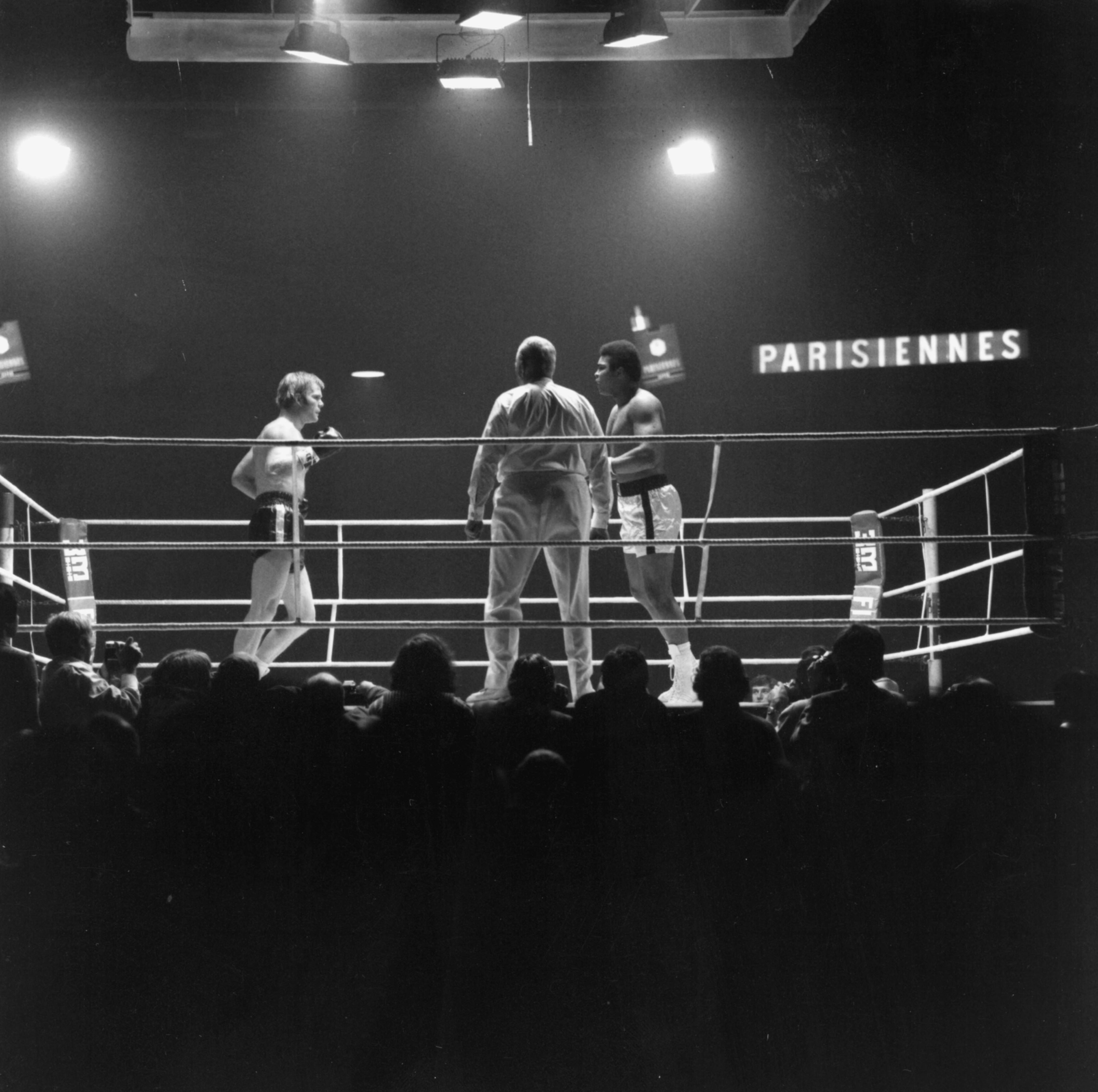 Muhammad Ali, eigentl. Cassius Clay US-amerik. Boxer (1964, 1974 u. 1978 Profi-Schwergewichts-Weltmeister), geb. 1942. Boxkampf Muhammad Ali (rechts) gegen Jürgen Blin im Hallenstadion in Zürich (Schweiz). Foto, Dez. 1971., Image: 147701957, License: Rights-managed, Restrictions: For editorial use only., Model Release: no, Credit line: Profimedia, AKG