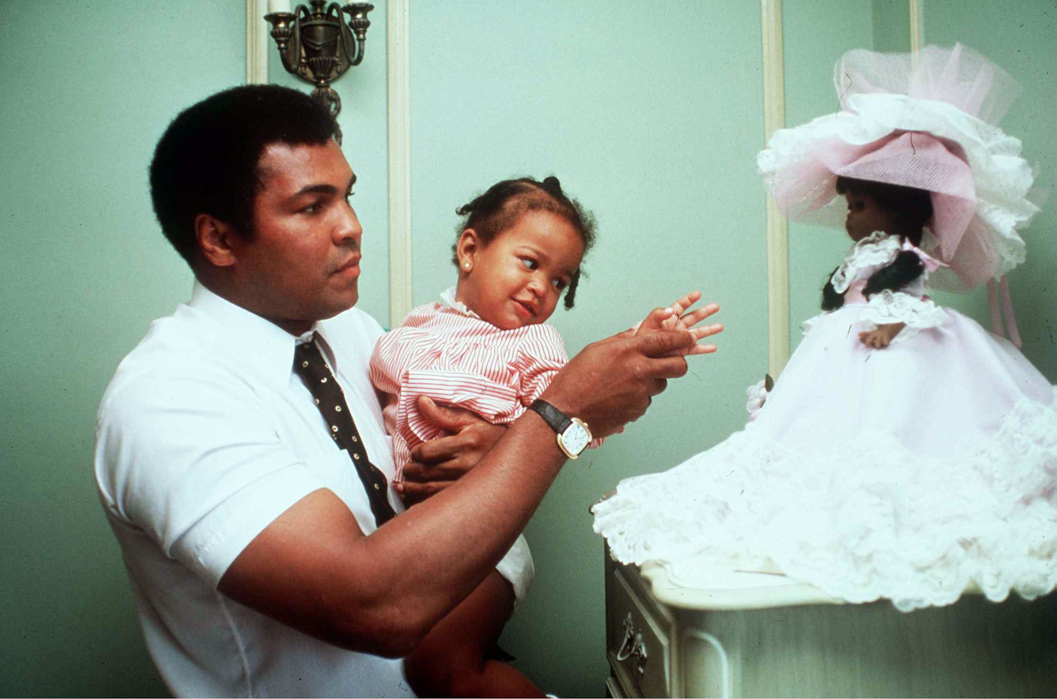 3113 LOS ANGELES CALIFORNIA May 3, 1980 Muhammad Ali with his daughter Laila Ali when she was 2 in his Hancock Park home before his last fight with Larry Holmes wich took place in Las Vegas, 2nd October 1980., Image: 288875235, License: Rights-managed, Restrictions: , Model Release: no, Credit line: Profimedia, Pacific coast news