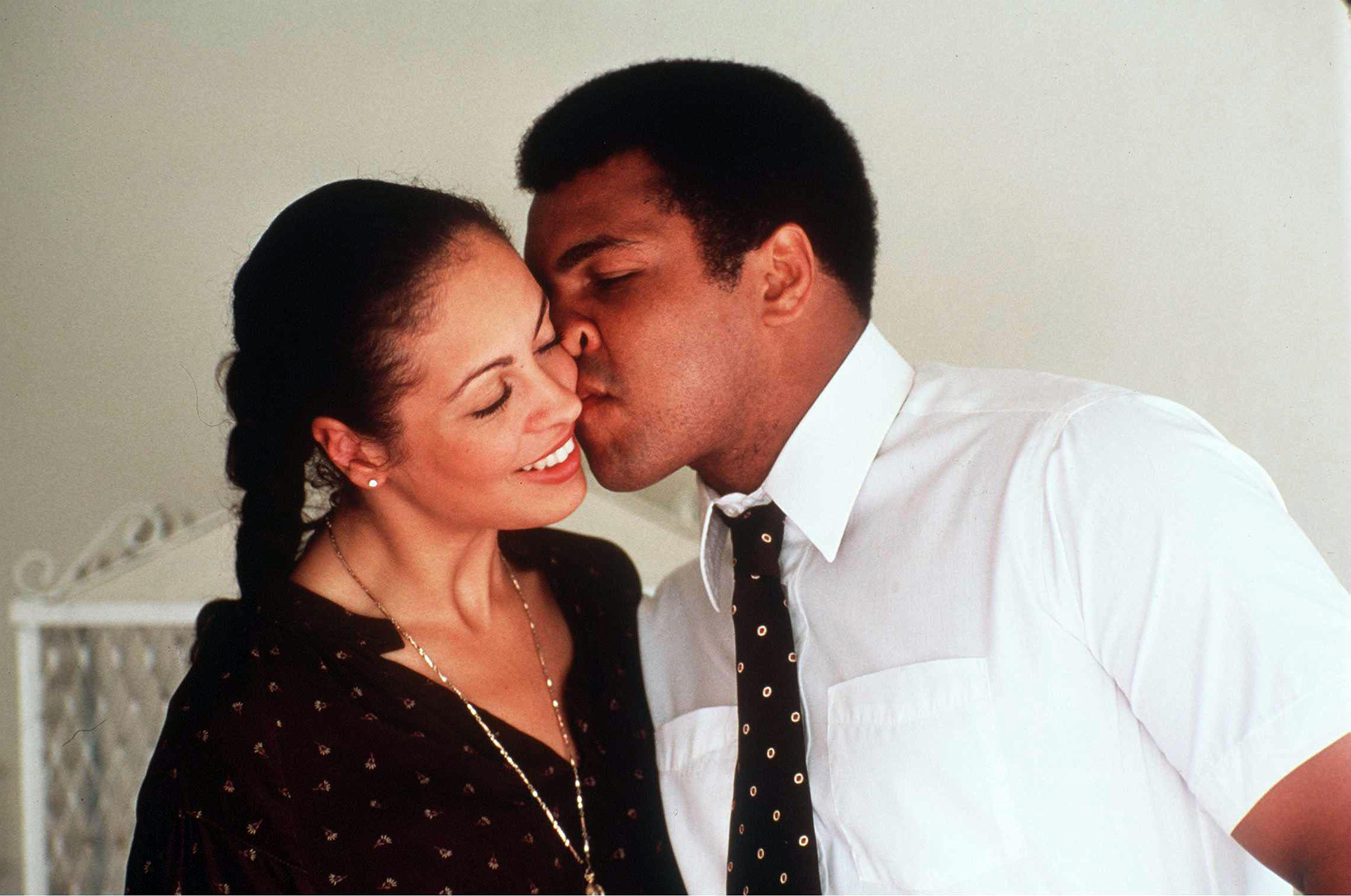 3113 LOS ANGELES CALIFORNIA May 3, 1980 Muhammad Ali and his third wife Veronica Porsche in their Hancock Park home before his last fight with Larry Holmes which took place in Las Vegas, 2nd October 1980., Image: 288875236, License: Rights-managed, Restrictions: , Model Release: no, Credit line: Profimedia, Pacific coast news