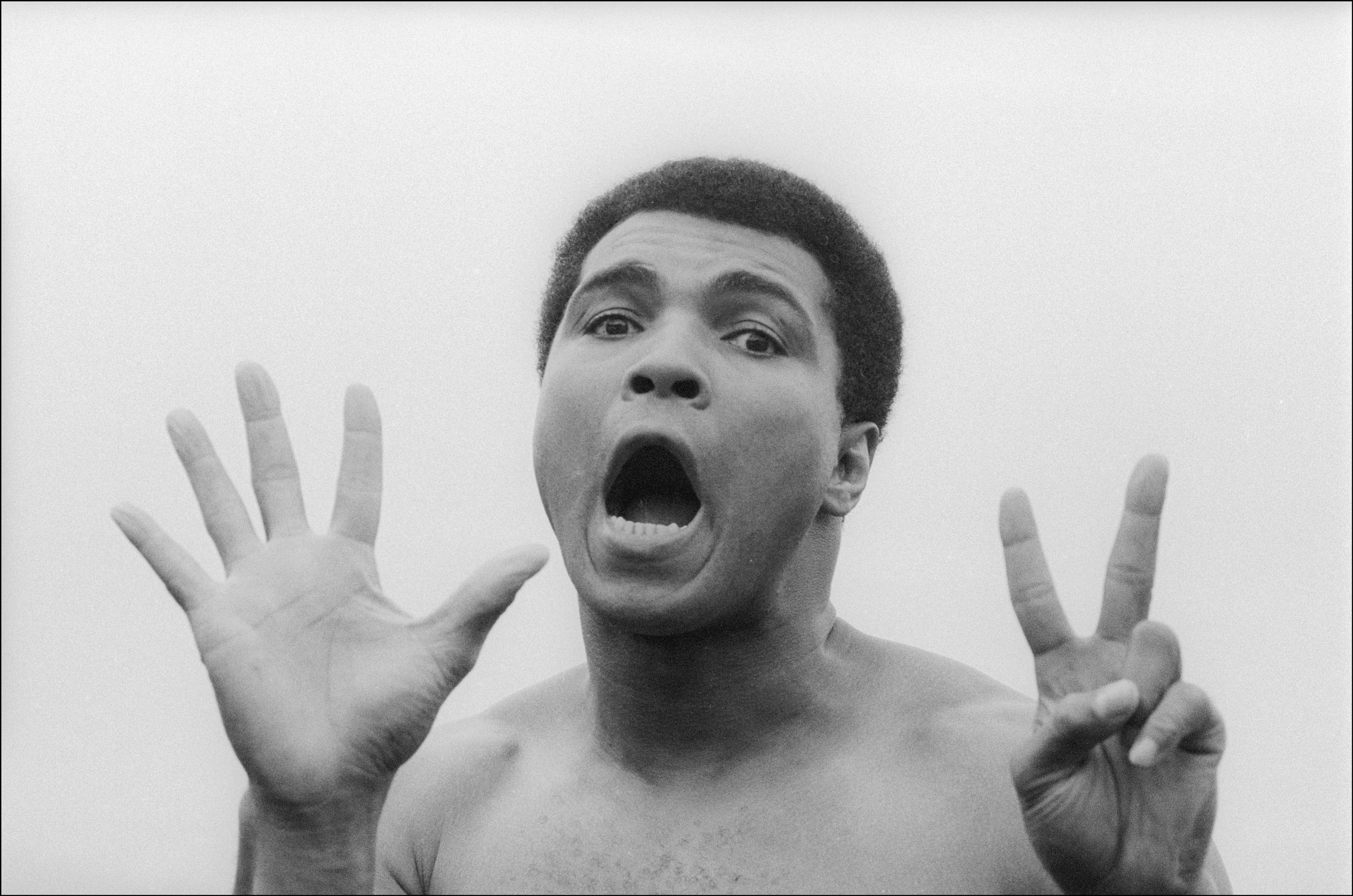 September 22, 1977 - Deer Park, Pennsylvania, United States: After a workout at his training camp, Muhammad Ali makes the number seven to signify the number of rounds to defeat his next opponent. Ali went on to defeat Earnie Shavers in a fifteen round unanimous decision on September 29 and retained the Ring, WBC & WBA World Heavyweight titles., Image: 288876179, License: Rights-managed, Restrictions: , Model Release: no, Credit line: Profimedia, Polaris