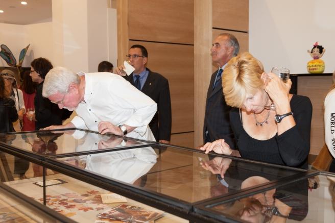 Posjetiteljica proučava jedan od eksponata