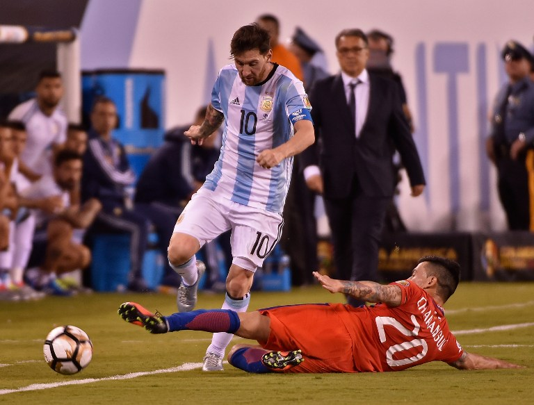 Argentina's Lionel Messi (L) is marked by Chile's Charles Aranguiz during the Copa America Centenario final in East Rutherford, New Jersey, United States, on June 26, 2016. / AFP PHOTO / Omar TORRES