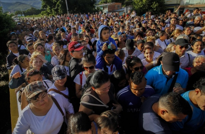 Venezuelans cross from San Antonio del Tachira, Venezuela to Cucuta, Colombia on July 10, 2016. Thousands of Venezuelans crossed Sunday the border with Colombia to take advantage of its 12-hour opening after it was closed by the Venezuelan government 11 months ago. Venezuelans rushed to Cucuta to buy food and medicines which are scarce in their country. / AFP PHOTO / Schneyder Mendoza