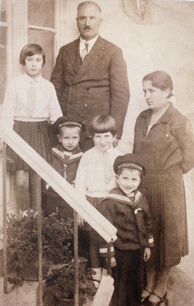 Obitelj Luketić u Budvi krajem dvadesetih godina prošloga stoljeća