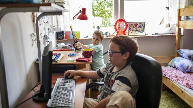 S devetogodišnjim bratom Adamom