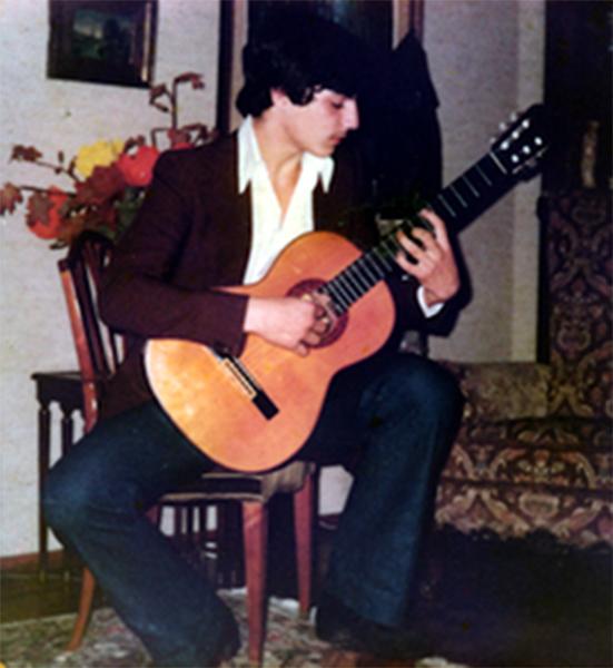 Cura je svoju karijeru započeo kao gitarist