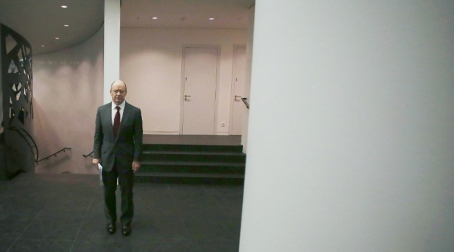 John Cryan, co-CEO of Germany's biggest lender Deutsche Bank, is pictured in the floor after giving a news conference at the company's headquarters in Frankfurt am Main, western Germany, October 29, 2015. Deutsche Bank unveiled a massive new cost-cutting drive, saying it would axe thousands of jobs and close down operations in 10 countries after it clocked up record losses in the third quarter.     AFP PHOTO / DPA / FREDRIK VON ERICHSEN   +++   GERMANY OUT   +++ / AFP PHOTO / DPA / FREDRIK VON ERICHSEN