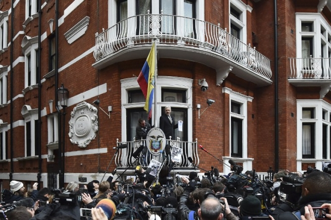 (FILES) This file photo taken on February 05, 2016 shows WikiLeaks founder Julian Assange addressing the media holding a printed report of the judgement of the UN's Working Group on Arbitrary Detention on his case from the balcony of the Ecuadorian embassy in central London on February 5, 2016. The Ecuadorian government on August 23, 2016 criticised British authorities after security intercepted an intruder trying to enter its London embassy, where WikiLeaks founder Julian Assange has been sheltering since 2012. / AFP PHOTO / BEN STANSALL