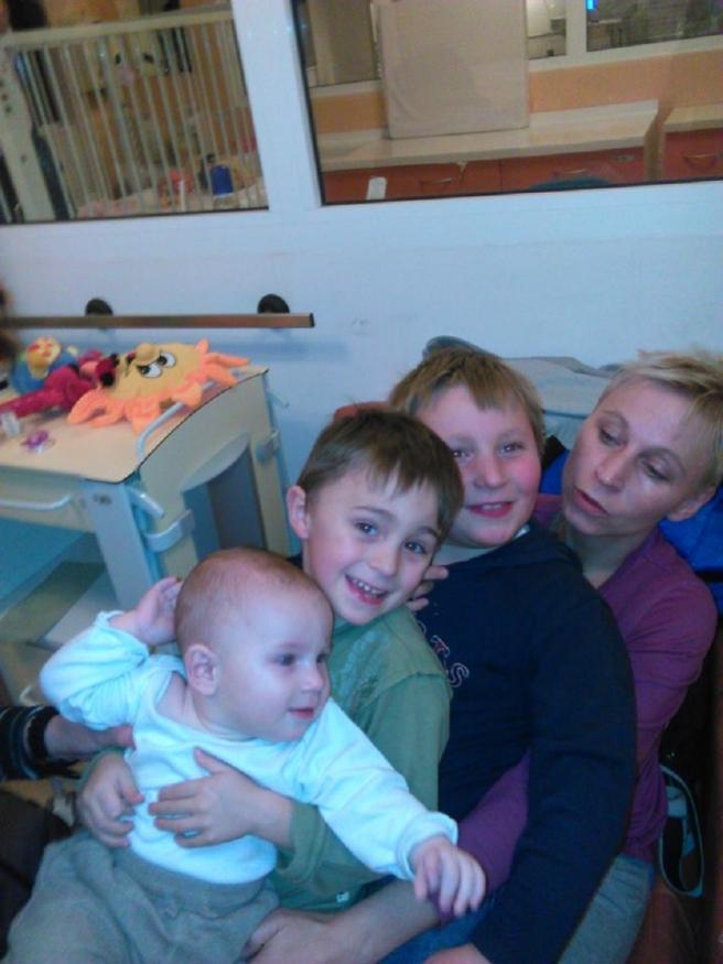 Sanja Šnajer sa sinovima Leonom, Teom i Tinom u njihovoj kući u Daruvaru