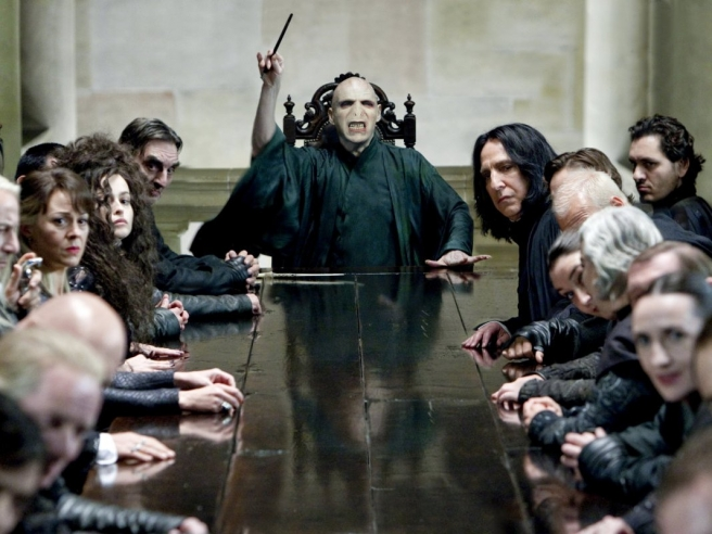 Voldemort okružen svojim najvjernijim smrtonošama